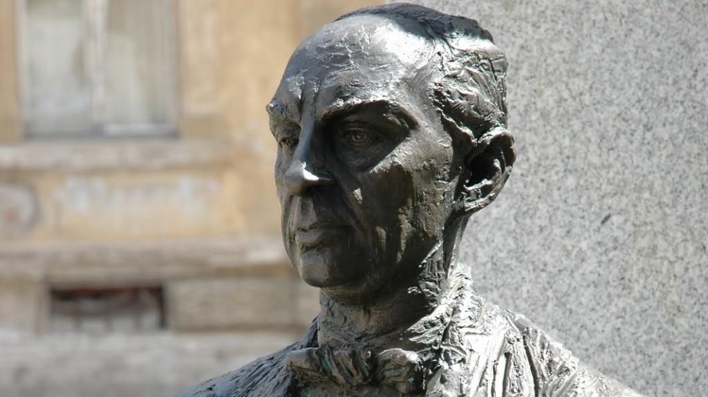 Márai Sándor író szobra Kassán