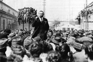 Kun Béla Csepelen munkásokat agitál (Tanácsköztársaság - 1919)