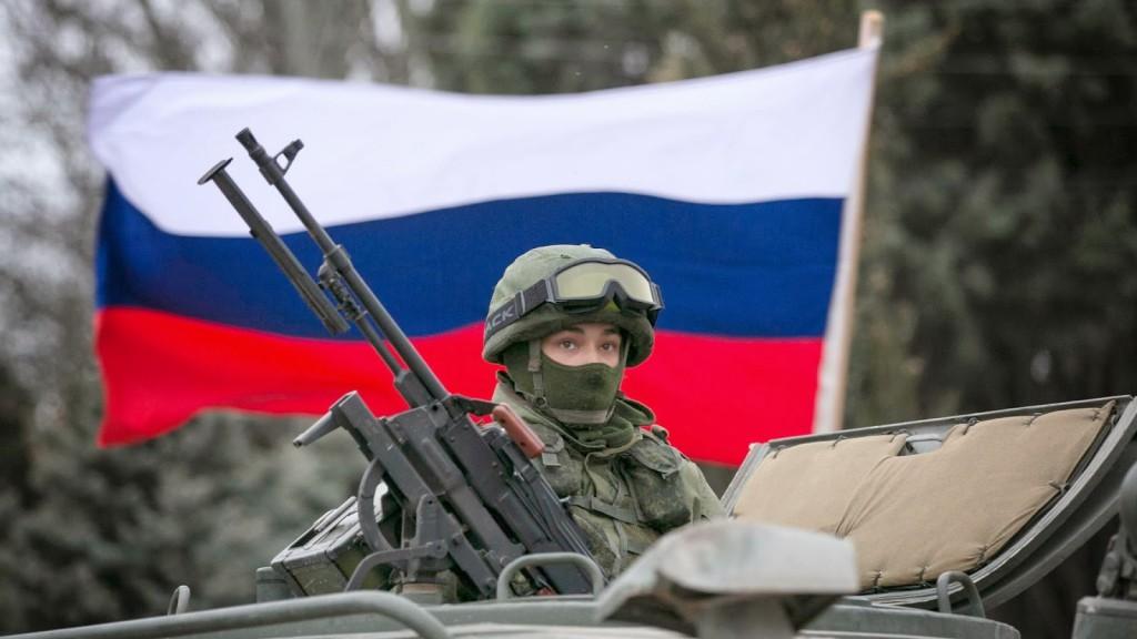 Katona orosz zászló előtt